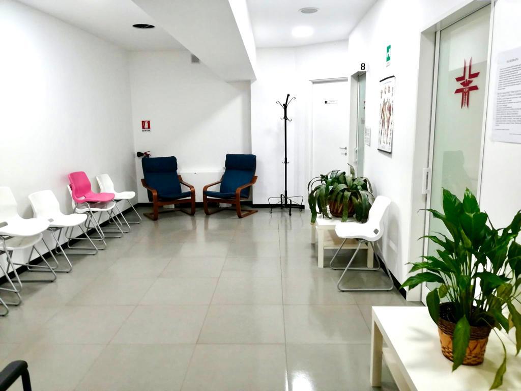 """Una panoramica della sala d'attesa del Centro medico """"Il Giglio""""."""