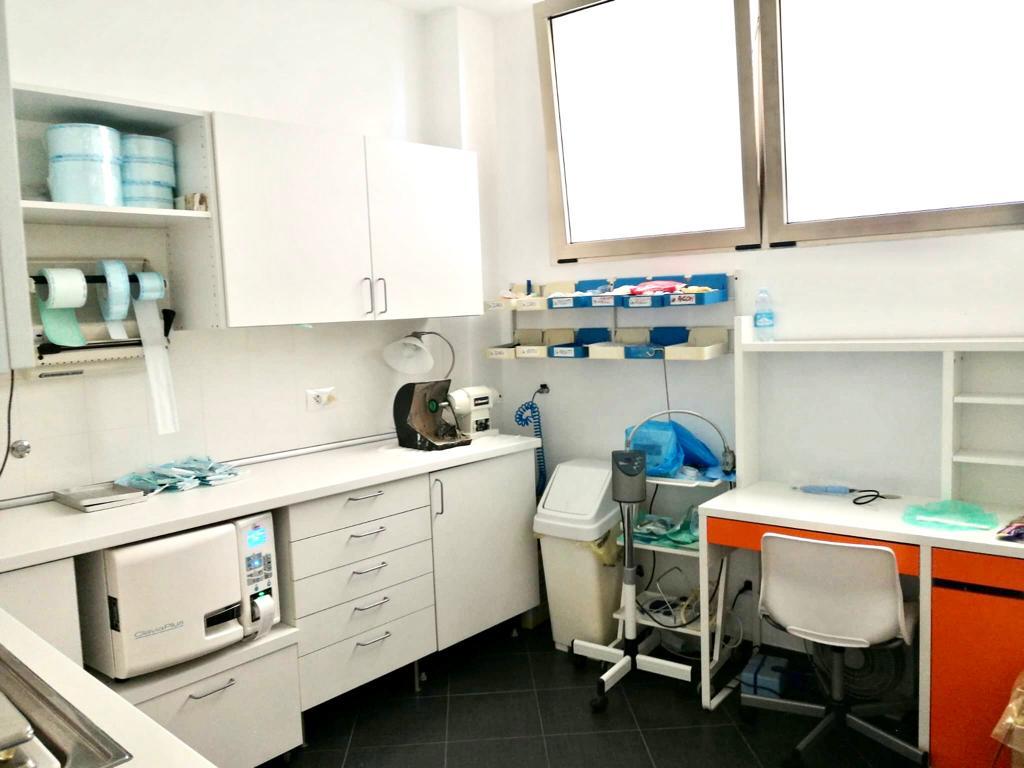 """Un angolo attrezzato di una sala del Centro medico """"Il Giglio""""."""