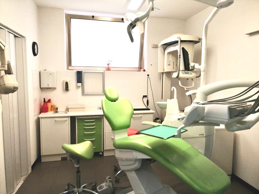 """Poltrona e attrezzature varie presenti nello studio odontoiatrico del Centro medico """"Il Giglio""""."""
