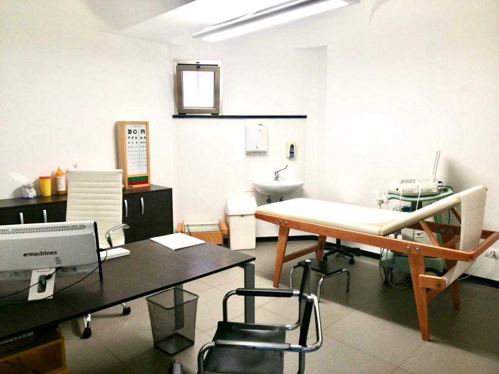 """Lettino e varie attrezzature presenti in uno studio del Centro medico """"Il Giglio""""."""